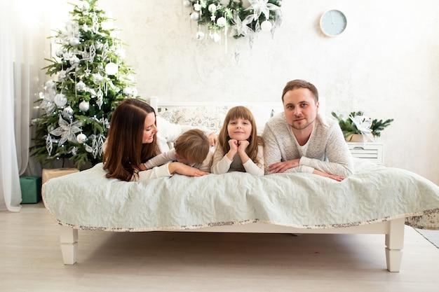 幸せな家族はクリスマスの時期に一緒に時間を過ごします