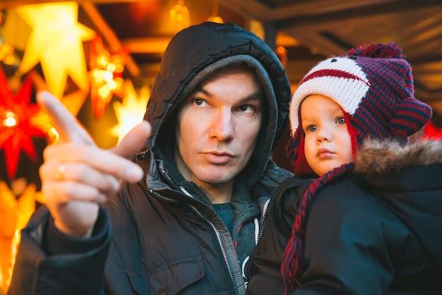 행복한 가족은 오스트리아 클라겐푸르트 구시가지에서 크리스마스와 새해 휴일에 시간을 보냅니다.