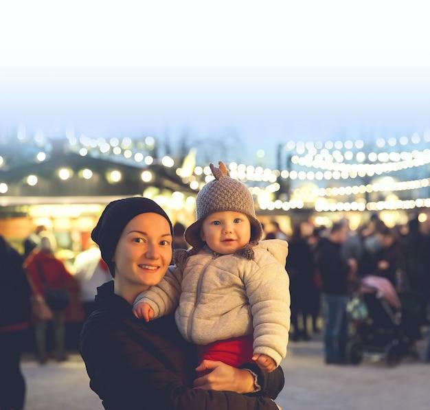 행복한 가족은 오스트리아 잘츠부르크 구시가지에서 크리스마스와 새해 휴일에 시간을 보냅니다.
