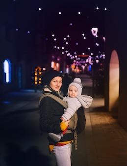 오스트리아 잘츠부르크(salzburg)의 구시가지에 있는 크리스마스 거리 시장 박람회에서 행복한 가족이 시간을 보냅니다.