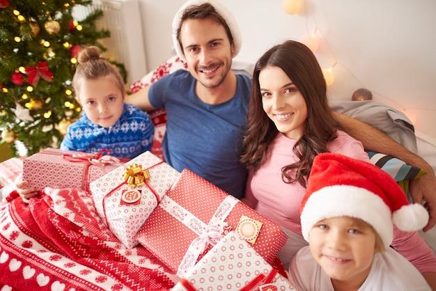 침대에서 크리스마스를 보내는 행복한 가족
