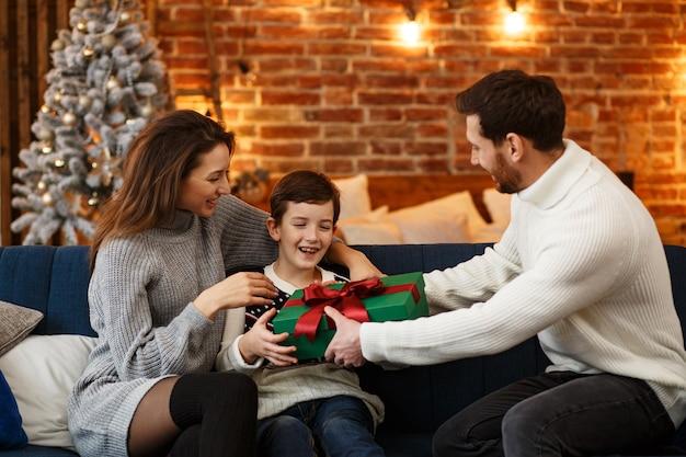 Счастливая семья, проводящая рождественское утро вместе
