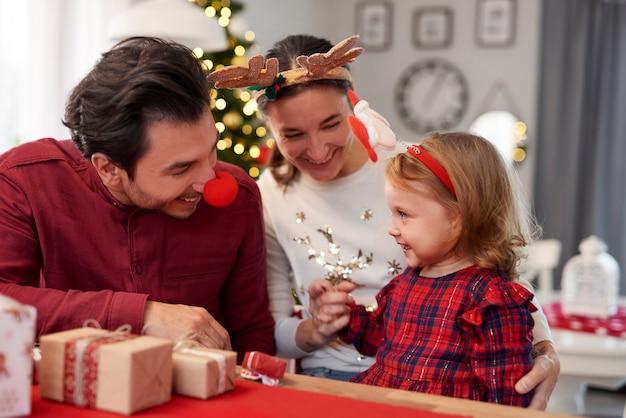 家で一緒にクリスマスを過ごす幸せな家族