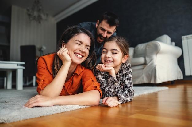 一緒に充実した時間を過ごす幸せな家族。
