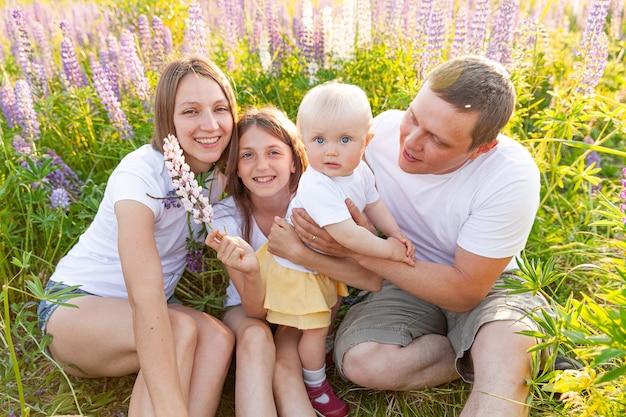 야외에서 함께 시간을 보내는 행복한 가족
