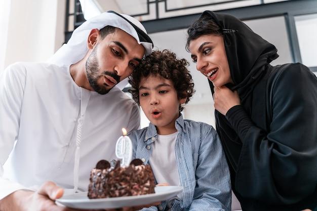 함께 시간을 보내는 행복한 가족. 그의 생일을 함께 축하하는 아라비아 부모와 아이