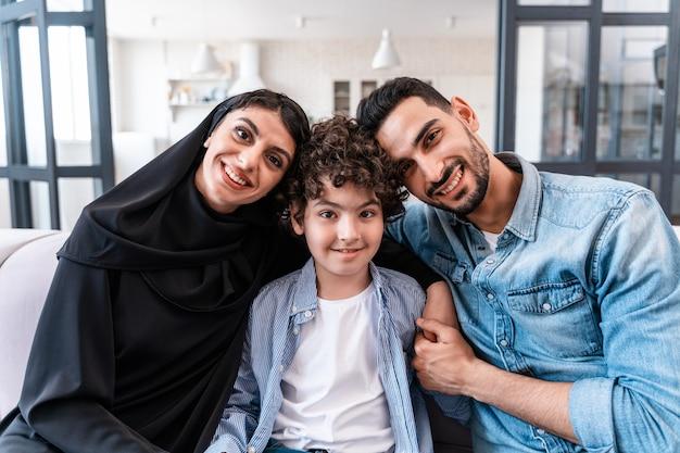 一緒に時間を過ごす幸せな家族。アラビアの両親と子供のライフスタイルの瞬間