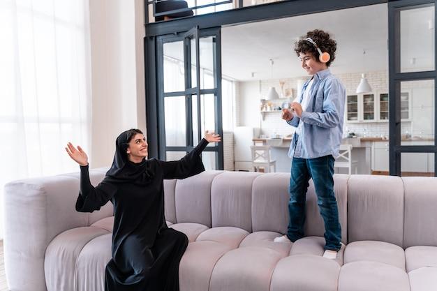 함께 시간을 보내는 행복한 가족. 집에서 아라비아 부모와 아이의 라이프 스타일 순간 프리미엄 사진