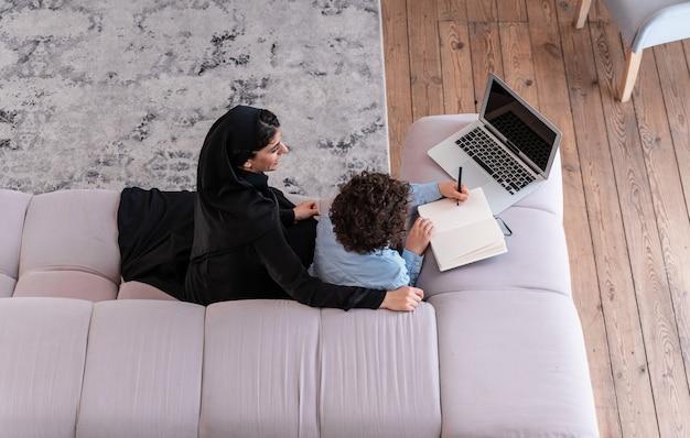 함께 시간을 보내는 행복한 가족. 집에서 아라비아 부모와 아이의 라이프 스타일 순간