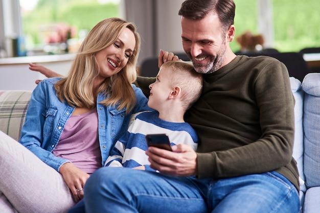 家で一緒に時間を過ごす幸せな家族