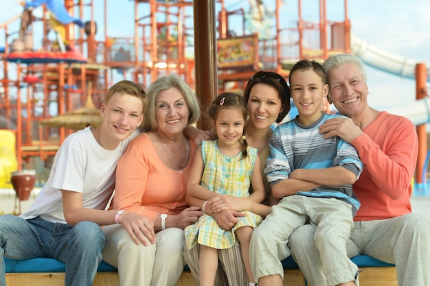 ウォーターパークで一緒に時間を過ごす幸せな家族