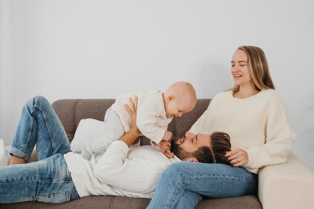 ソファで一緒に時間を過ごす幸せな家族