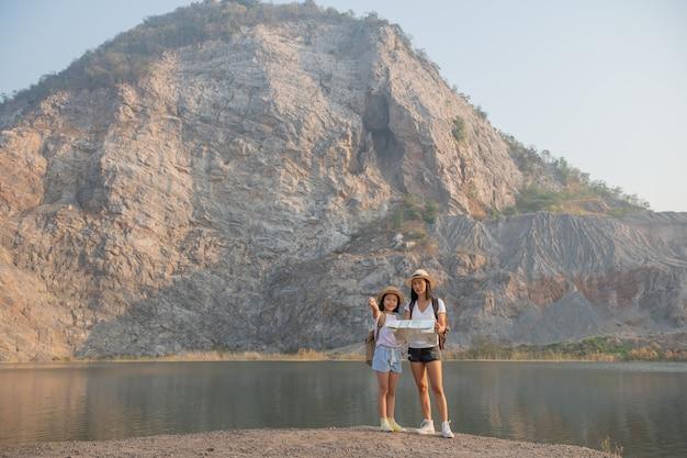 湖の近くに立っている幸せな家族