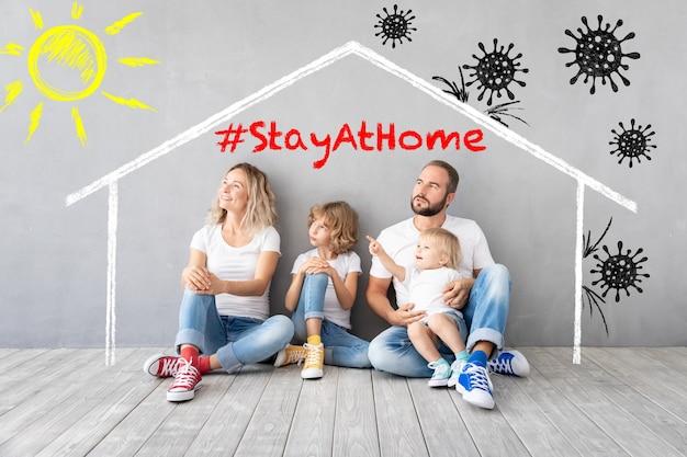 Счастливая семья остается дома. концепция глобальной эпидемии covid19