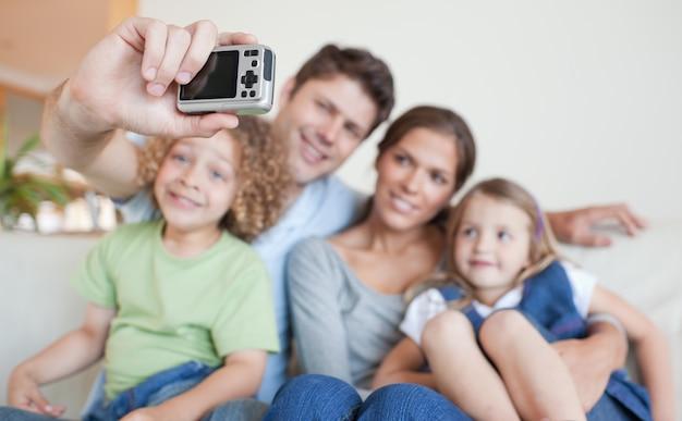 자신의 사진을 찍고 행복한 가족