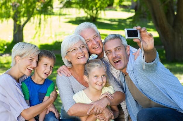 행복 한 가족은 selfie를 복용