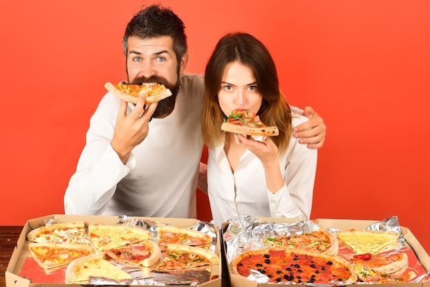 幸せな家族の時間のカップルは、ピザレジャーfooddrinks人々の休日の概念笑顔の友人を楽しんでいます