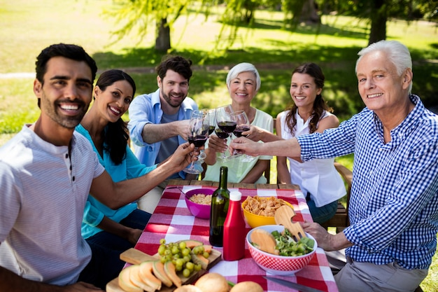 ワインのグラスを乾杯する幸せな家族