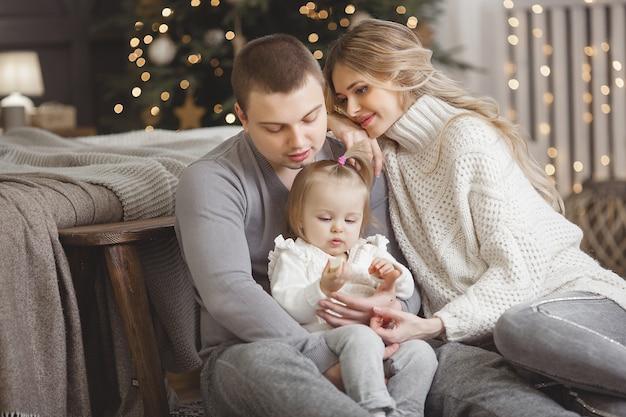 Счастливая семья вместе на рождество