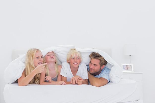 Счастливая семья под одеялом