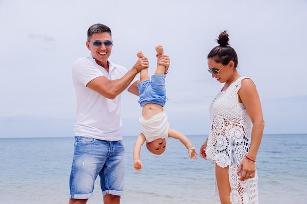 Famiglia felice in vacanza con il piccolo neonato