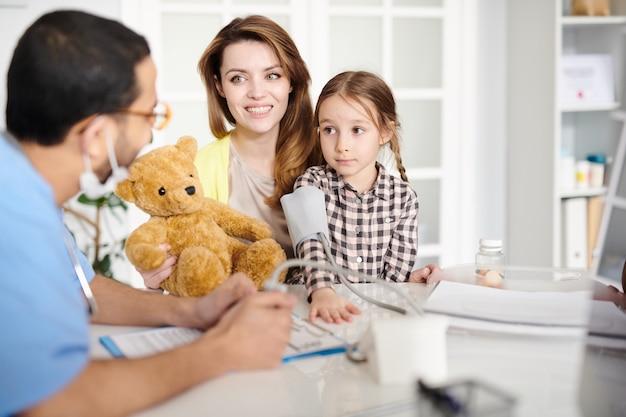 Счастливая семья в гостях у педиатра