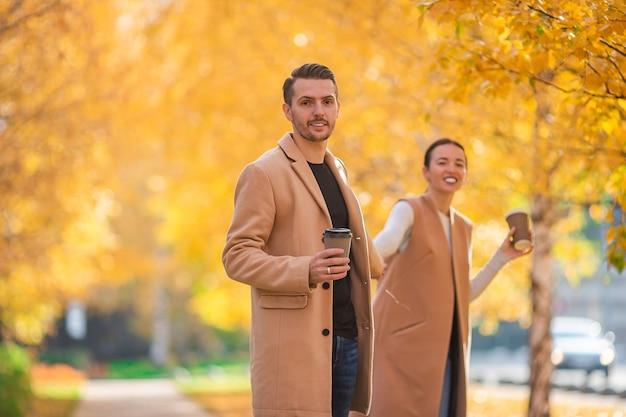 晴れた秋の日に秋の公園を歩いて幸せな家族