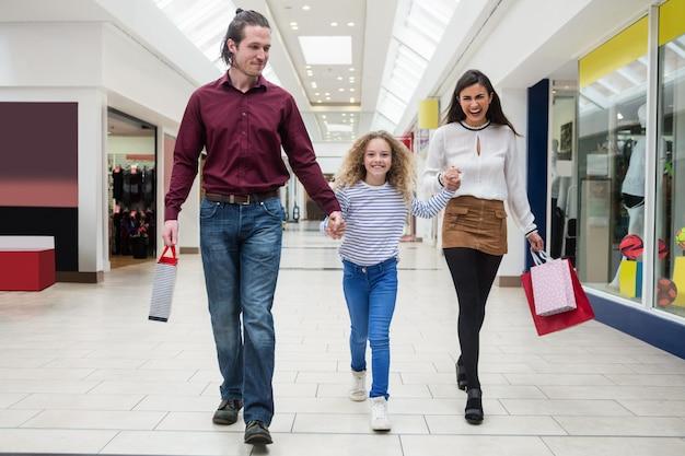 Счастливая семья гуляет с сумками