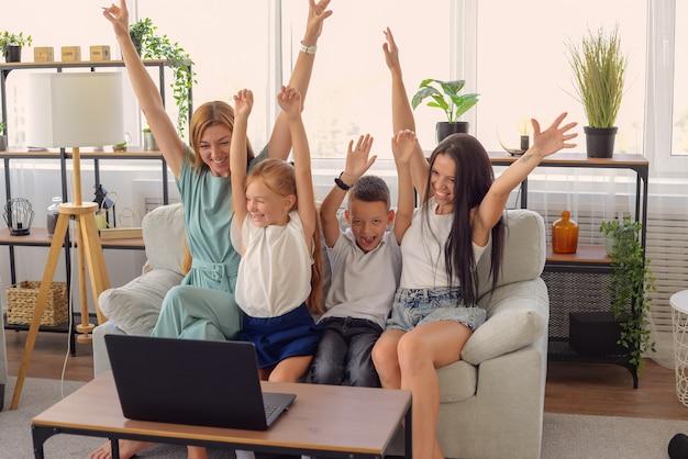 집에서 노트북으로 함께 영화를 보는 행복한 가족 행복한 함께