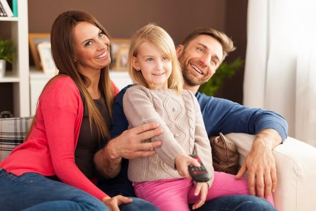 Famiglia felice che guarda la tv a casa