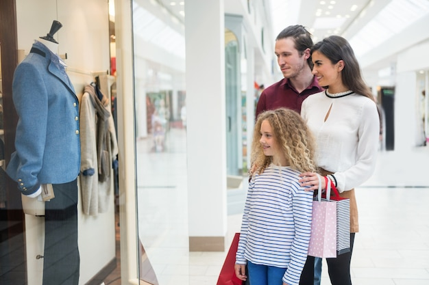 Счастливая семейная витрина в торговом центре