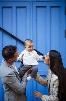 여자 아기와 함께 행복 한 가족