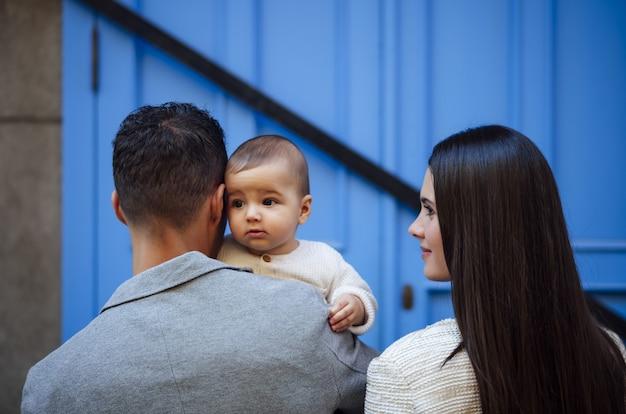 Счастливая семья с младенческой девочкой