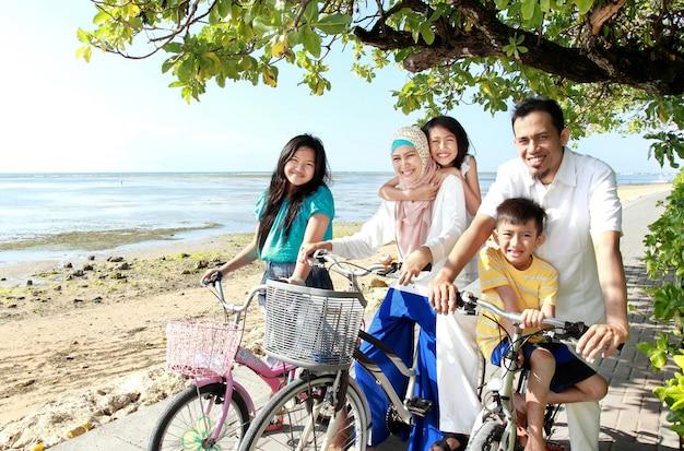 Счастливая семья с велосипедами