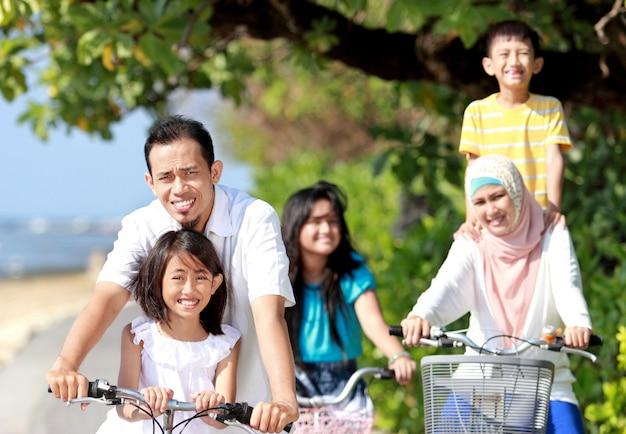 バイクで幸せな家族