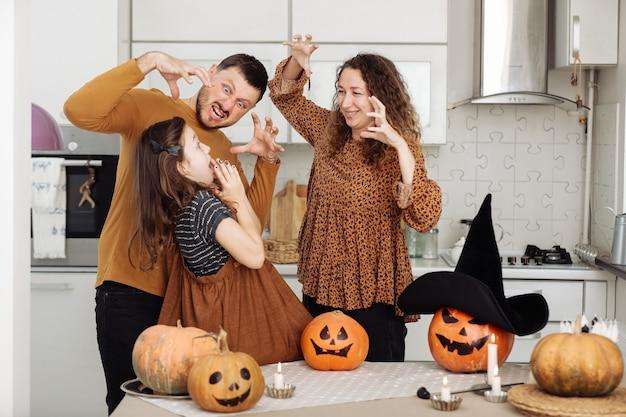 Счастливая семья с вырезанием из тыквы