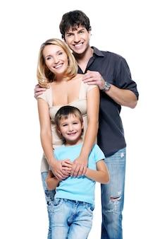 Счастливая семья с ребенком, позирует на белом фоне