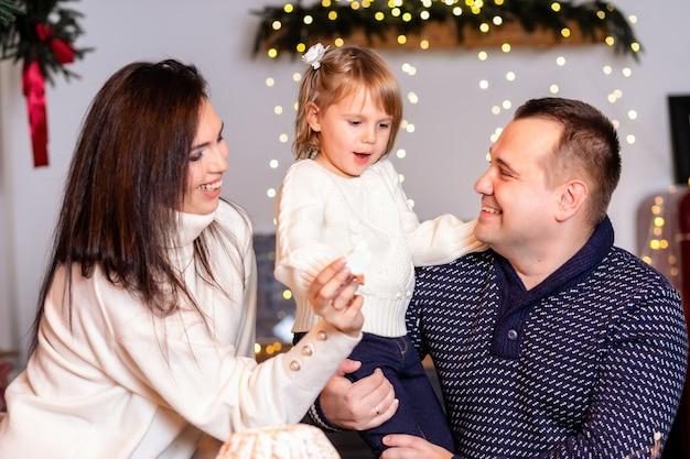 크리스마스 부엌에서 반죽을 굴리는 아이들과 함께 행복한 가족.
