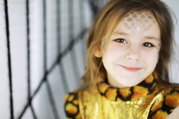 Счастливая семья с детьми в костюмах и макияже на праздновании хэллоуина