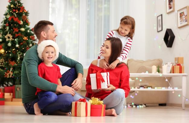 집에서 크리스마스 선물을 들고 행복한 가족