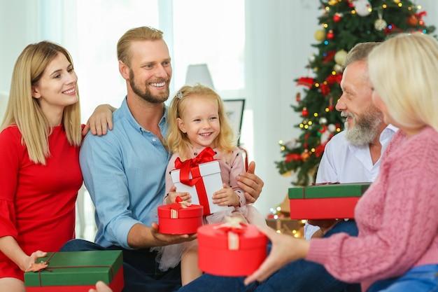 家でクリスマスプレゼントと幸せな家族