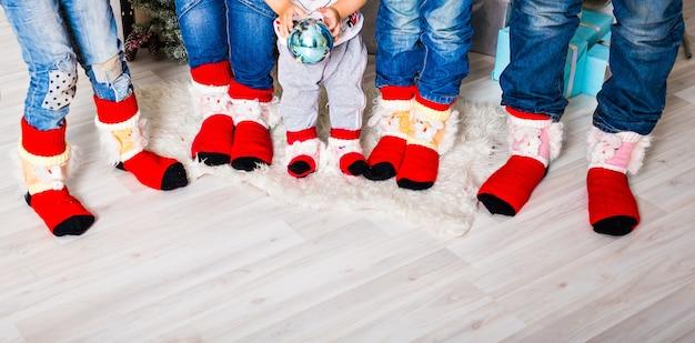 クリスマスの靴下で幸せな家族。冬の休日のコンセプト。 3人の子供