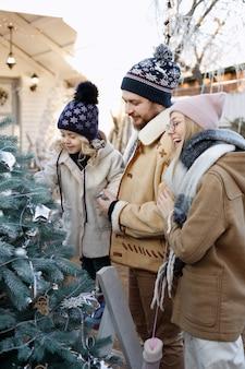 겨울에 크리스마스 트리와 함께 행복 한 가족