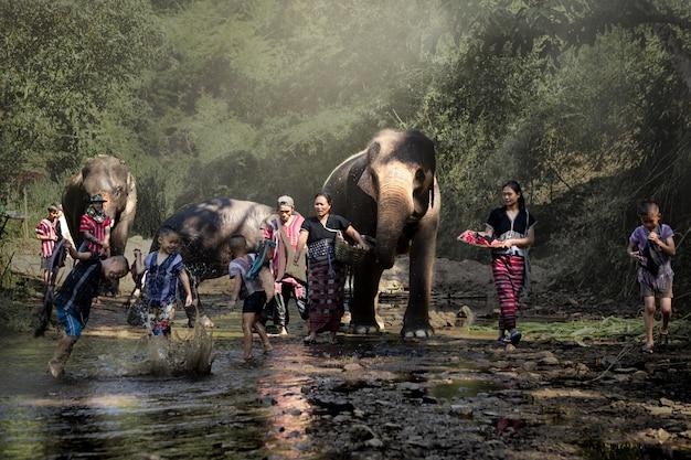 코끼리와 함께 행복 한 가족