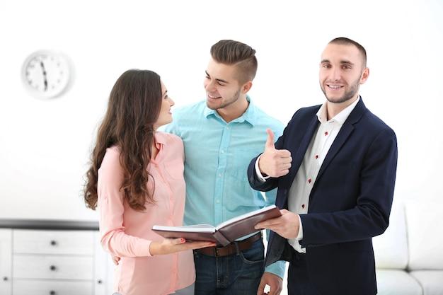 Счастливая семья с агентом по недвижимости, на свете