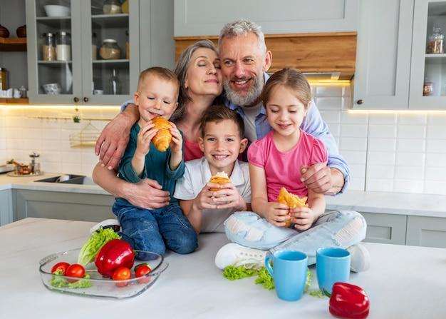 食べ物のミディアムショットで幸せな家族