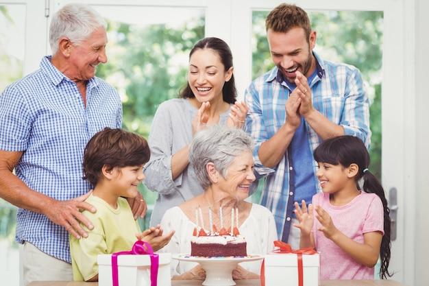 Счастливая семья с бабушкой и дедушкой, празднование дня рождения
