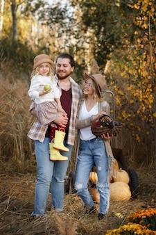 秋の収穫と幸せな家族