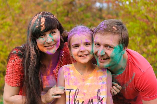 ホーリー祭の顔で幸せな家族