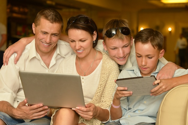 Счастливая семья с ноутбуком за столом